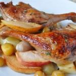 Рецепт: Утиные ножки с яблоками, картофелем и розмарином на RussianFood
